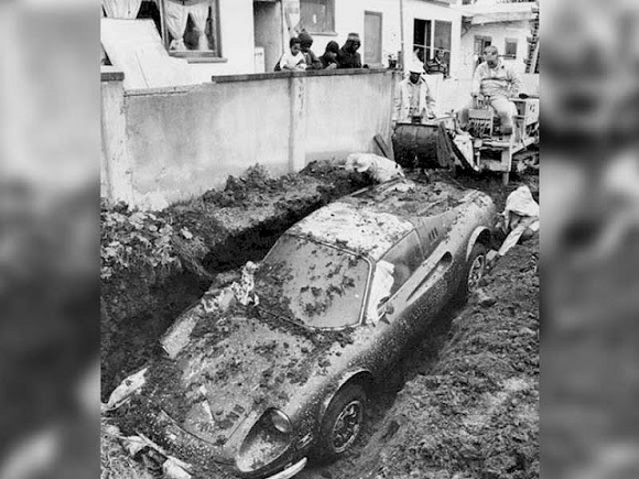 Ferrari enterrada