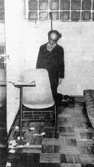 Vladimir Herzog enforcado em suicídio forjado nas dependências do DOI-Codi. Out/1975